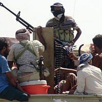 Les forces pro-gouvernementales yéménites se sont rassemblées dans une rue de la banlieue est de Hodeida le 13 novembre 2018, alors qu'elles continuaient à se battre pour le contrôle de la ville par les rebelles houthis. (Crédit : STRINGER / AFP)