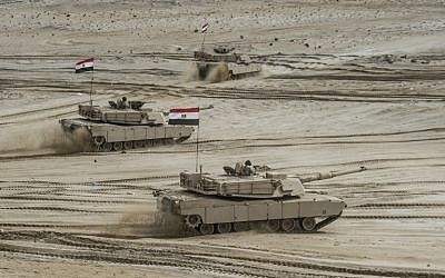 Des chars égyptiens participent aux exercices militaires du Bouclier arabe dans la base militaire du gouvernorat de Matrouh Mohamed Naguib, au nord-ouest de la capitale du Caire, le 15 novembre 2018. (Crédit : Khaled DESOUKI / AFP)
