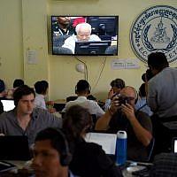 Des journalistes assistent au jugement de l'ancien chef Khmer Rouge Khieu Samphan, retransmis sur vidéo, dans un tribunal du Cambodge, le 16 novembre 2018. (Crédit : TANG CHHIN Sothy / AFP)