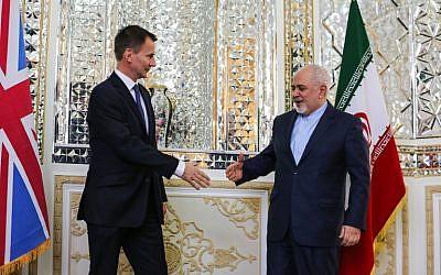 Le chef de la diplomatie iranienne Mohammad Javad Zarif reçoit son homologue britannique  Jeremy Hunt à Téhéran, le 19 novembre, 2018. (Crédit : ATTA KENARE / AFP)