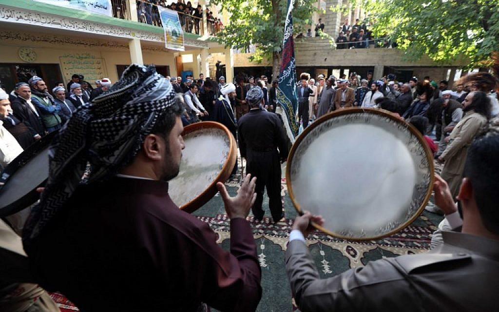 Des soufis du Kurdistan irakien prennent part aux cérémonies à l'occasion de l'anniversaire de la naissance du prophète Mohammed, à Akra, le 19 novembre 2018. (Crédit : SAFIN HAMED / AFP)