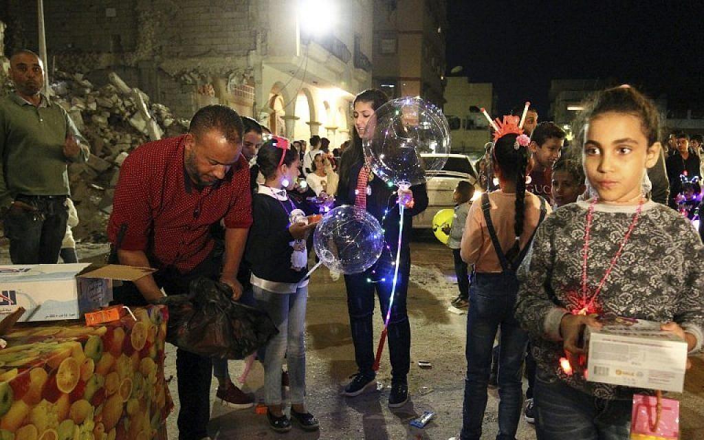 Les Libyens réunis à Benghazi pour les cérémonies à l'occasion de l'anniversaire de la naissance du prophète Mohammed, le 19 novembre 2018. (Crédit : Abdullah DOMA / AFP)