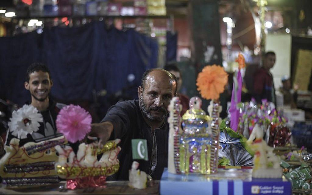 Les Egyptiens achètent des confiseries pour les cérémonies à l'occasion de l'anniversaire de la naissance du prophète Mohammed, au Caire, le 19 novembre 2018. (Crédit : Mohamed el-Shahed / AFP)