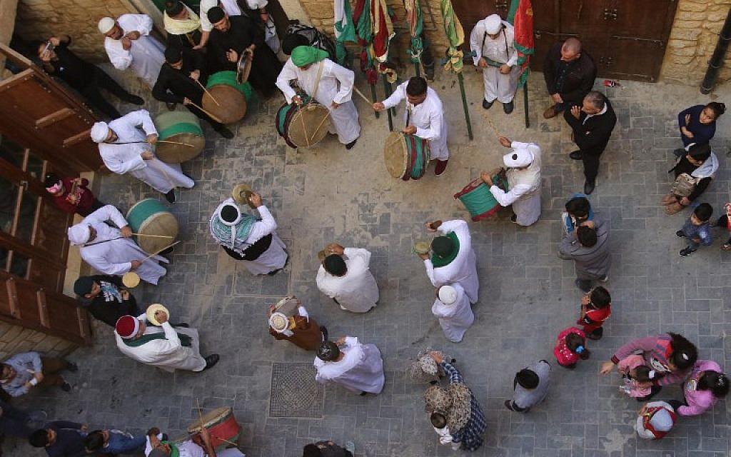 Des musulmans soufis libyens et syriens aux cérémonies à l'occasion de l'anniversaire de la naissance du prophète Mohammed, à Akra, le 19 novembre 2018. (Crédit :AYYAT / AFP)