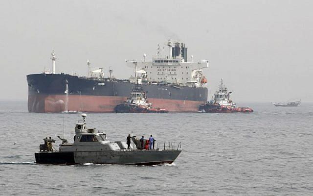 (ARCHIVES) Photo prise le 12 mars 2017 : un navire militaire iranien patrouille pendant qu'un pétrolier s'apprête à accoster au large d'une plate-forme pétrolière. (Crédit : ATTA KENARE / AFP)