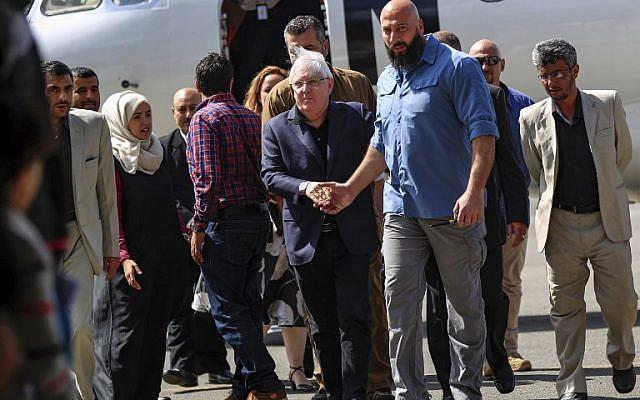 Martin Griffiths (au centre),émissaire de l'ONU au Yémén arrive à l'aéroport international de Sanaa, le 21 novembre 2018. (Crédit : MOHAMMED HUWAIS / AFP)