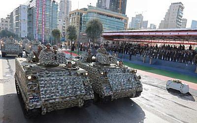 Les forces armées libanaises participent à un défilé militaire à l'occasion des célébrations du Jour de l'Indépendance marquant les 75 ans de la fin du mandat de la France au Liban, le 22 novembre 2018. (ANWAR AMRO / AA / AFP)