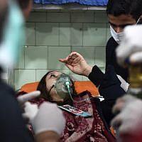 Une femme syrienne soignée à l'hôpital d'Alep après une attaque à l'arme chimique que les autorités ont imputé aux rebelles, le 24 novembre 2018. (Crédit : George OURFALIAN / AFP)