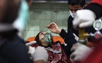 Une femme syrienne soignée à l'hôpital d'Alep après une attaque à l'arme chimique que les autorités imputent aux rebelles, le 24 novembre 2018. (Crédit : George OURFALIAN / AFP)