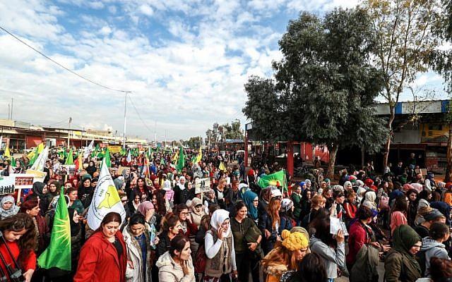 Des femmes ont manifesté à Qamichli, ville dominée par les Kurdes dans le nord-est de la Syrie en guerre, lors de la Journée internationale pour l'élimination de la violence à l'égard des femmes, le 25 novembre 2018. (Crédit : Delil souleiman / AFP)