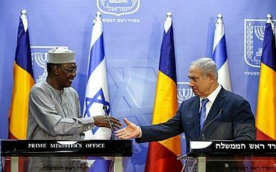 Le Premier ministre Benjamin Netanyahu (à droite) serre la main du Président tchadien Idriss Déby lors de leur conférence de presse conjointe à Jérusalem, le 25 novembre 2018. (Ronen Zvulun/Pool/AFP)