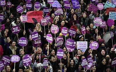 Des militantes des droits des femmes manifestent place Taksim contre les violences faites aux femmes, à Istanbul, le 25 novembre 2018. (Crédit : Yasin AKGUL / AFP)