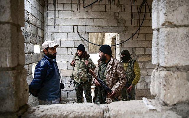 Des rebelles syriens soutenus par la Turquie patrouillent près de la ville d'al-Bab dans la province d'Alep, le 26 novembre 2018; (Crédit : Nazeer AL-KHATIB / AFP)