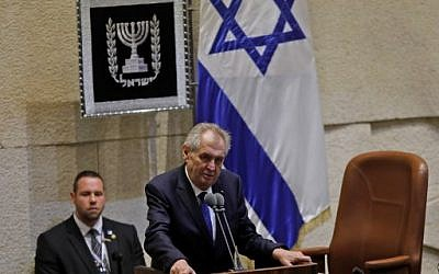 Le président tchèque Milos Zeman  s'exprime durant une session de la Knesset à Jérusalem, le 26 novembre 2018 (Crédit : Menahem KAHANA / AFP)