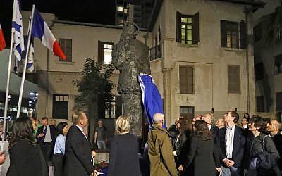 """Sur cette photo prise lors de l'inauguration d'une copie de la statue """"Hommage au capitaine Dreyfus"""" par le franco-polonais """"Tim"""" (Louis Mitelberg) le 27 novembre 2018, l'arrière-petit-fils de Dreyfus, Charles Dreyfus, et son arrière-petite-fille Yael Perl Ruiz est accompagné du maire de Tel Aviv, Ron Huldai, de son homologue parisienne, Anne Hidalgo, et de l'ambassadrice de France en Israël, Helene Le Gal, qui assistent au dévoilement de la statue dans la ville côtière israélienne de Tel Aviv. (Crédit : JACK GUEZ / AFP)"""
