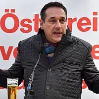 Heinz-Christian Strache, président du parti d'extrême droite Parti de la liberté d'Autriche (FPÖ), prend la parole lors d'une réunion électorale le 6 octobre 2017 à Saalfelden avant les élections législatives anticipées. (AFP PHOTO / WILDBILD)