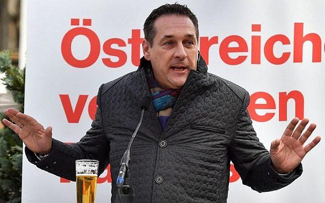 Heinz-Christian Strache, président du parti d'extrême droite Parti de la liberté d'Autriche (FPÖ), prend la parole lors d'une réunion électorale le 6 octobre 2017 à Saalfelden avant les élections législatives anticipées. (Crédit : AFP PHOTO / WILDBILD)