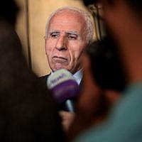 Azzam al-Ahmad, chef du comité central du Fatah et de sa délégation durant une conférence de presse à la fin de deux jours d'entretiens à huis-clos entre représentants de 13 partis politiques majeurs dans la capitale égyptienne du Caire, le 22 novembre 2017 (Crédit : AFP PHOTO / MOHAMED EL-SHAHED)