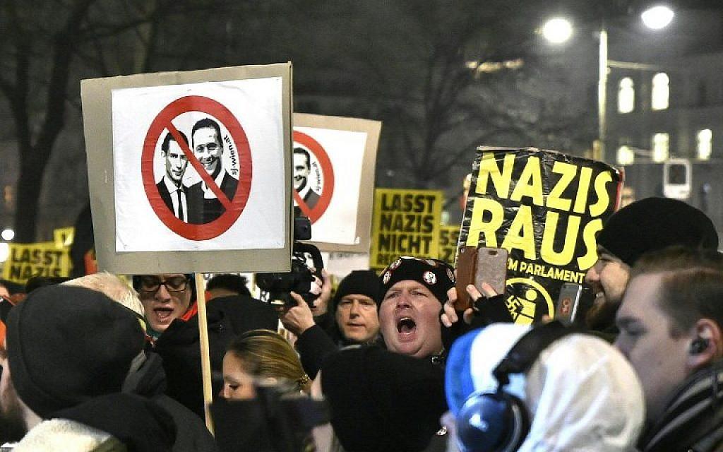 """Des manifestants brandissent des pancartes mettant en vedette le chancelier autrichien Sebastian Kurz (à gauche) et Heinz-Christian Strache, président du Parti de la liberté d'Autriche (FPO), lors de manifestations contre la tenue du """"Bal des étudiants"""" organisé par l'extrême droite autrichienne à Vienne, Autriche, le 26 janvier 2018. (AFP/APA/HANS PUNZ)"""