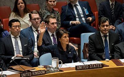 L'ambassadrice des États-Unis auprès des Nations Unies, Nikki Haley, (au centre), lève la main alors qu'elle vote en faveur de nouvelles sanctions contre la Corée du Nord lors d'une réunion du Conseil de sécurité des Nations Unies concernant la Corée du Nord au siège des Nations Unies, à New York, le 11 septembre 2017. (Drew Angererer/Getty Images/AFP)