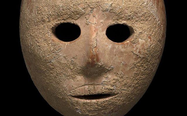 Un masque en pierre de 9000 ans découvert dans le sud des collines de Hébron, en Cisjordanie, début 2018 (Crédit : Clara Amit, Autorité israélienne des antiquités)