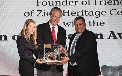 """Moshe Lion , le maire élu de Jérusalem et Ronit Hassin-Hochman, PDG du Jerusalem Post, récompensent le Dr; Mike Evans avec le prix """"Lion of Jerusalem"""", le 22 novembre 2018. (Crédit : PNRNewsPhoto)"""