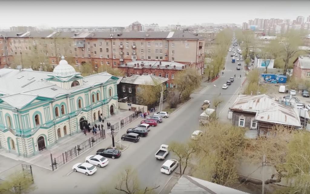 Capture d'écran de la synagogue vue d'en haut du film documentaire de la communauté locale d'Irkoutsk, produit pour le 200e anniversaire et projeté au théâtre le 22 octobre 2018 (YouTube)