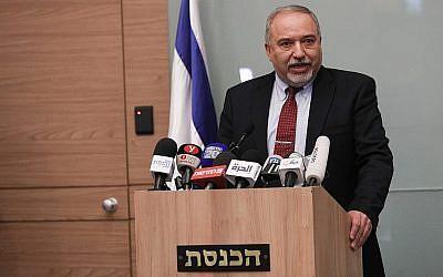 Avigdor Liberman annonce sa démission du ministère de la Défense lors d'une conférence de presse à Jérusalem le 14 novembre 2018 (Crédit : Yonatan Sindel / FLASH90)