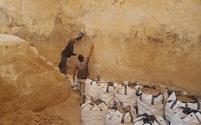 La citerne dans laquelle des navires et des formes animales gravées découvertes durant une fouille archéologique par l'Autorité israélienne des antiquités à Beer Sheva pendant l'été 2018 (Crédit : Davida Eisenberg-Degen/IAA)