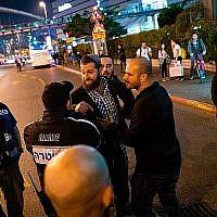 Les résidents du sud d'Israël aux prises avec la police lors d'une manifestation à Tel Aviv à cause du manque de sécurité créé par la menace des tirs de roquettes du Hamas (Crédit : Luke Tress/The Times of Israel)