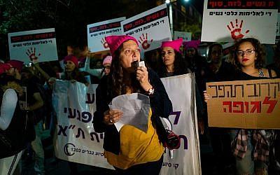 Des centaines de personnes assistent à un rassemblement de protestation contre la violence à l'égard des femmes, à Tel Aviv, le 25 novembre 2018. (Luke Tress/Times of Israel)