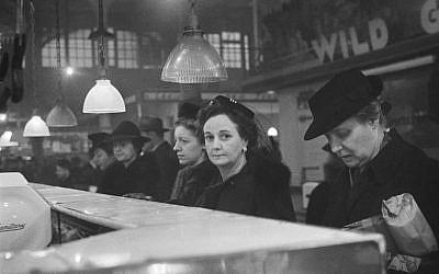 Photo prise par Roman Vishniac en 1941 : des clients font la file dans une boucherie au  Washington Market, à New York (Crédit : centre international de la photographie/Mara Vishniac Kohn)