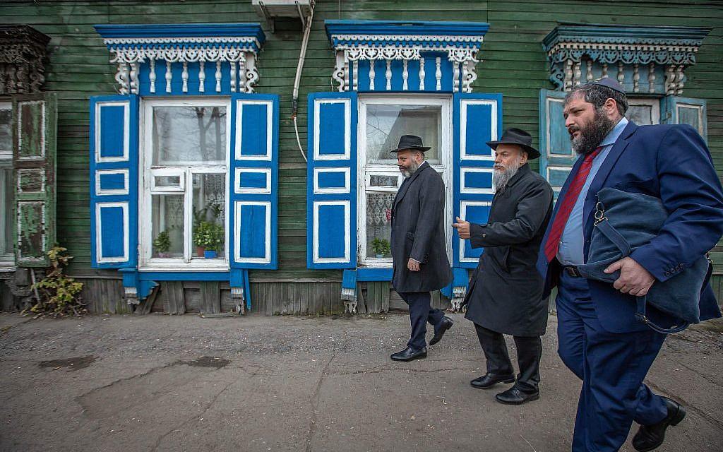 Le rabbin Aharon Wagner (premier à partir de la gauche) et quelques-uns des invités qui ont assisté aux événements du 200e anniversaire passent devant un bâtiment en bois local caractéristique. (Eli Itkin/ Dorit Wagner/La communauté juive d'Irkoutsk)