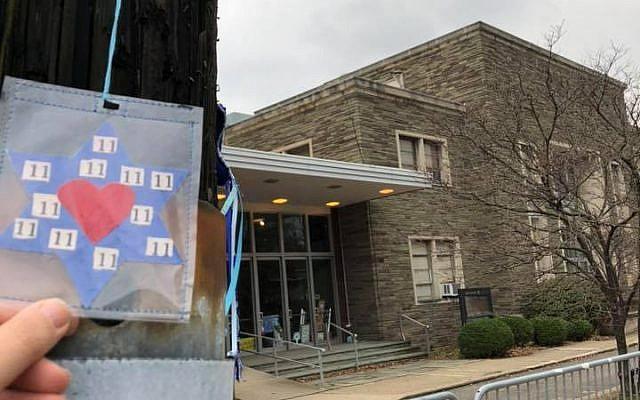L'une des plus de 2000 étoiles de David faites à la main accrochées à Pittsburgh (Crédit : Facebook/Jewish Hearts for Pittsburgh)