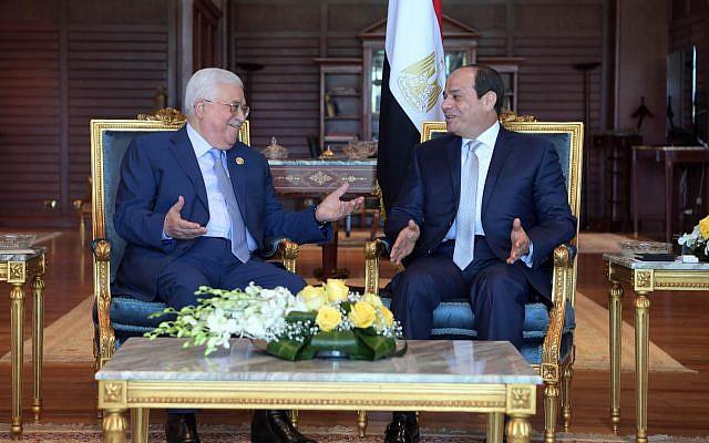 Le président de l'Autorité palestinienne Mahmoud Abbas et le président égyptien Abdel Fattah al-Sissi se rencontrent à Sharm el-Sheikh le 3 novembre 2018 (Crédit : Wafa)