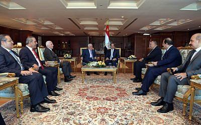 Le président de l'Autorité palestinienne Mahmoud Abbas, au centre- gauche, et le président égyptien Abdel Fattah el-Sissi, au centre-droit, se rencontrent à Sharm al-Sheikh le 3 novembre 2018 (Crédit :  Wafa)