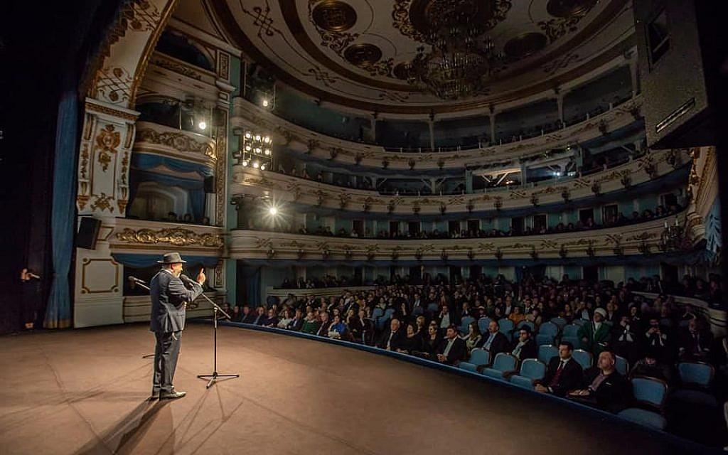 Le rabbin Aharon Wagner s'exprimant au théâtre dramatique d'Okhlopkov, où des centaines de personnes se sont réunies pour célébrer le 200e anniversaire de la communauté le 22 octobre 2018. (Dorit Wagner/La communauté juive d'Irkoutsk)