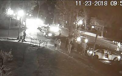 Collision entre deux voitures à Los Angeles lors d'un incident antisémite, le 25 novembre 2018. (Crédit : capture d'écran YouTube)