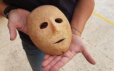 Un masque en pierre de 9000 ans découvert dans le sud des collines de Hébron, en Cisjordanie, début 2018 (Crédit : Autorité israélienne des antiquités)