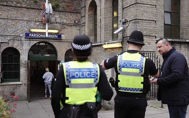 Photo d'illustration : La police britannique en patrouille, le 17 septembre 2017 (Crédit : AP/Frank Augstein)