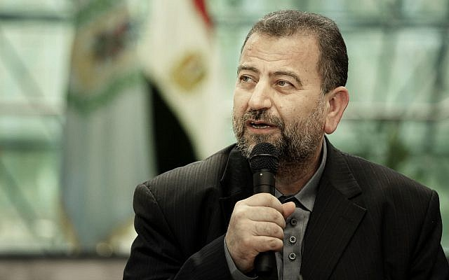 Le chef politique adjoint du Hamas, Saleh al-Arouri, après avoir signé un accord de réconciliation avec un haut responsable du Fatah, Azzam al-Ahmad, lors d'une brève cérémonie au centre égyptien du renseignement, le 12 octobre 2017 au Caire, Égypte. (AP/Nariman El-Mofty)