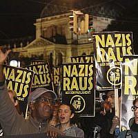"""Des manifestants avec des pancartes """"Nazis, dehors"""" durant une manifestation contre le parti autrichien pour la Liberté, le FPÖ, à Vienne, en Autriche, le 15 octobre 2017. (Crédit : AP Photo/Ronald Zak)"""