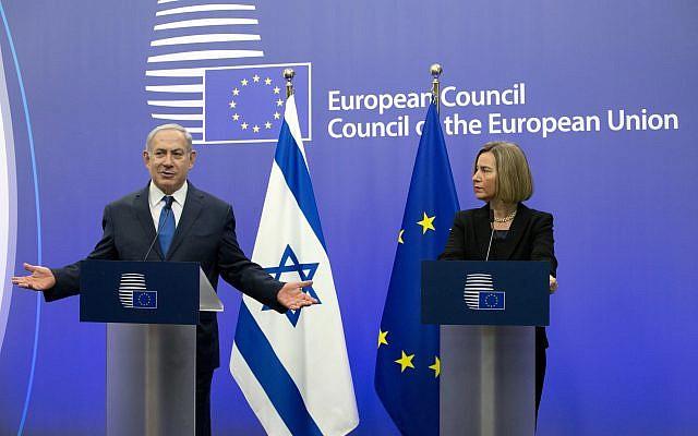 La haute représentante de l'Union européenne pour les Affaires étrangères et la politique de sécurité, Federica Mogherini, et le Premier ministre Benjamin Netanyahu lors d'une conférence de presse au siège de l'UE à Bruxelles, le lundi 11 décembre 2017. (AP Photo/Virginia Mayo)