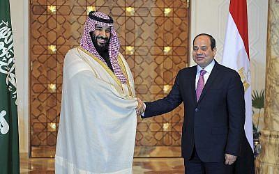 Le président égyptien Abdel-Fattah el-Sissi, à droite, rencontre le prince saoudien  Prince Mohammed bin Salman au Caire, en Egypte, le 6 mars 2018 (Crédit : Mohammed Samaha/Egypt's state news agency, MENA via AP/File)