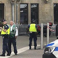 Des agents de police néerlandais sur les lieux d'une attaque au couteau près de la gare centrale d'Amsterdam, aux Pays-Bas, le 31 août 2018 (Crédit : AP Photo/Alex Furtula)