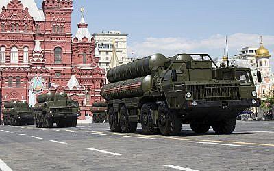 Les systèmes de missiles de défense aérienne russes S-300 lors du défilé militaire du Jour de la Victoire marquant le 71e anniversaire de la victoire de la Deuxième Guerre mondiale sur la Place Rouge à Moscou, en Russie, le 9 mai 2016. (AP Photo/Alexander Zemlianichenko, Dossier)