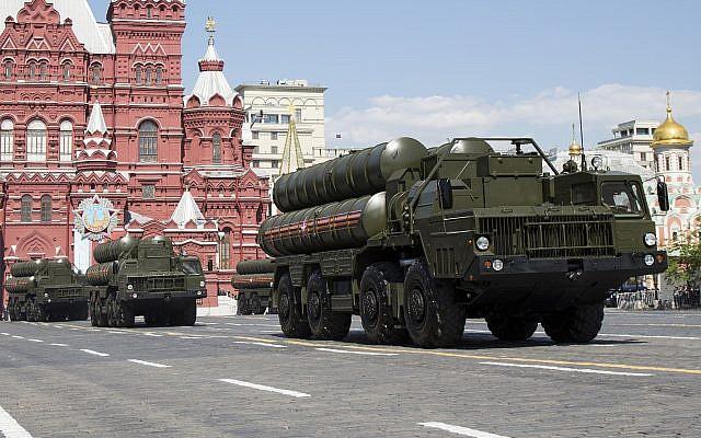 Les systèmes de missiles de défense aérienne russes S-300 lors du défilé militaire du Jour de la Victoire marquant le 71e anniversaire de la victoire de la Seconde Guerre mondiale sur la Place Rouge à Moscou, en Russie, le 9 mai 2016. (Crédit : AP Photo/Alexander Zemlianichenko, Dossier)