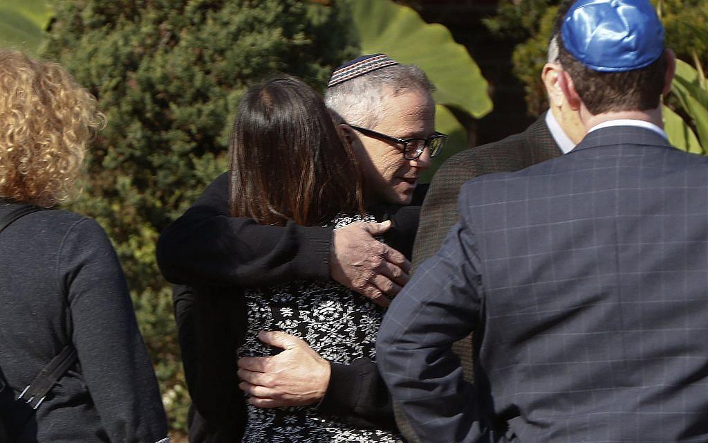 Les endeuillés s'embrassent alors qu'ils se rassemblent au salon funéraire avant l'enterrement de Melvin Wax, 88 ans, le mercredi 31 octobre 2018 à Pittsburgh. (Crédit : Photo AP / Keith Srakocic)