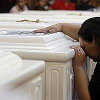 Une proche d'un chrétien décédé pleure devant le cercueil à l'église du Grand prince martyr Tadros, à Minya, en Égypte, le 3 novembre 2018. (Crédit : AP / Amr Nabil)