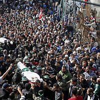 Des Palestiniens portent les corps de deux des sept djihadistes du Hamas tués lors d'un raid israélien, lors de leurs funérailles à Khan Younès, au sud de la bande de Gaza, le 12 novembre 2018. (AP Photo/Adel Hana)